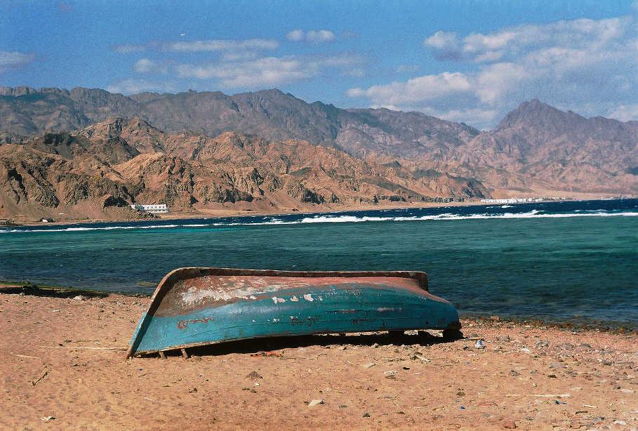 перевернутые лодки лежат